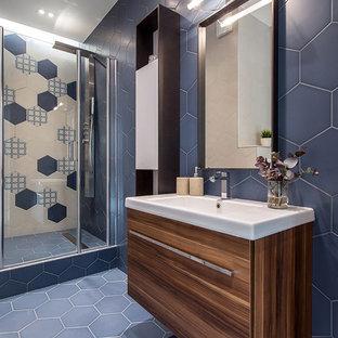 Неиссякаемый источник вдохновения для домашнего уюта: ванная комната в современном стиле с инсталляцией, душевой кабиной, синим полом, плоскими фасадами, фасадами цвета дерева среднего тона, душем в нише, синей плиткой, разноцветной плиткой и монолитной раковиной