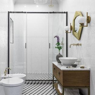 Новый формат декора квартиры: ванная комната в современном стиле с плоскими фасадами, темными деревянными фасадами, душем в нише, инсталляцией, белой плиткой, душевой кабиной, душем с распашными дверями, настольной раковиной и мраморной столешницей