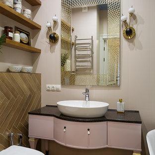 Идея дизайна: маленькая главная ванная комната в стиле современная классика с плоскими фасадами, коричневой плиткой, розовыми стенами, настольной раковиной, коричневым полом и черной столешницей