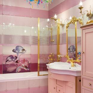 Ispirazione per una stanza da bagno per bambini eclettica con piastrelle rosa, piastrelle in ceramica, pareti rosa, pavimento con piastrelle in ceramica, lavabo da incasso, ante in stile shaker, vasca ad alcova e vasca/doccia