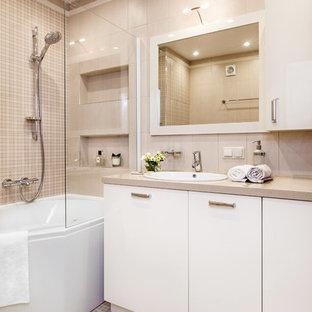 Идея дизайна: главная ванная комната в современном стиле с плоскими фасадами, белыми фасадами, угловой ванной, бежевой плиткой, накладной раковиной и бежевым полом