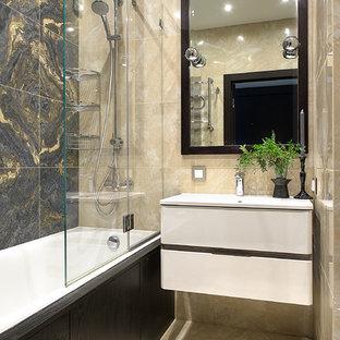 Пример оригинального дизайна: главная ванная комната в современном стиле с плоскими фасадами, белыми фасадами, ванной в нише, душем над ванной, бежевой плиткой, серой плиткой, монолитной раковиной и бежевым полом