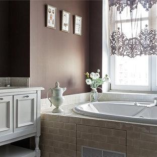 Foto di una stanza da bagno padronale chic con ante con riquadro incassato, ante bianche, vasca idromassaggio, piastrelle beige, pareti marroni, lavabo sottopiano e top in marmo