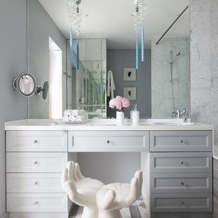 Свежая идея для дизайна: главная ванная комната в современном стиле с фасадами с утопленной филенкой, серыми фасадами, белой плиткой, мраморной плиткой, серыми стенами, разноцветным полом и белой столешницей - отличное фото интерьера