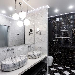 Пример оригинального дизайна: большая ванная комната в современном стиле с открытыми фасадами, черными фасадами, унитазом-моноблоком, черно-белой плиткой, душевой кабиной, настольной раковиной, разноцветным полом и белой столешницей