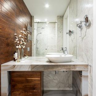 На фото: ванная комната в современном стиле с плоскими фасадами, темными деревянными фасадами, душем в нише, серой плиткой, белой плиткой, настольной раковиной, белым полом, душем с раздвижными дверями и белой столешницей с