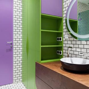 Неиссякаемый источник вдохновения для домашнего уюта: главная ванная комната в современном стиле с плоскими фасадами, белой плиткой, настольной раковиной и белым полом