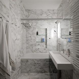 Свежая идея для дизайна: главная ванная комната среднего размера в современном стиле с раковиной с несколькими смесителями, плоскими фасадами, черными фасадами, ванной в нише, душем над ванной, серой плиткой, плиткой из листового камня, белыми стенами, мраморным полом и серым полом - отличное фото интерьера