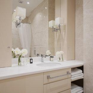 Пример оригинального дизайна: маленькая ванная комната в стиле неоклассика (современная классика) с плоскими фасадами, бежевыми фасадами, биде, бежевой плиткой, керамической плиткой, полом из керамогранита, душевой кабиной, врезной раковиной, столешницей из искусственного камня, бежевым полом, шторкой для ванной и белой столешницей