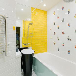 Неиссякаемый источник вдохновения для домашнего уюта: маленькая детская ванная комната в современном стиле с ванной в нише, душем над ванной, белой плиткой, желтой плиткой, раковиной с пьедесталом, плиткой кабанчик, желтыми стенами и шторкой для душа