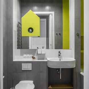 Новые идеи обустройства дома: маленькая главная ванная комната в современном стиле с ванной в нише, душем над ванной, раздельным унитазом, белой плиткой, зеленой плиткой, серой плиткой, плиткой мозаикой, подвесной раковиной и коричневым полом