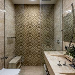 Свежая идея для дизайна: ванная комната в современном стиле с душем в нише, бежевой плиткой, раковиной с несколькими смесителями, бежевым полом, душем с раздвижными дверями и бежевой столешницей - отличное фото интерьера