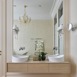Удачное сочетание для дизайна помещения: большая главная ванная комната в современном стиле с плоскими фасадами, светлыми деревянными фасадами, бежевыми стенами, паркетным полом среднего тона и настольной раковиной - самое интересное для вас