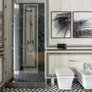 Стильный дизайн: ванная комната среднего размера в стиле фьюжн с белой плиткой, душевой кабиной, разноцветным полом, душем с распашными дверями, душем в нише и биде - последний тренд