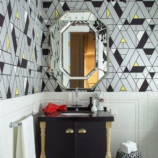 Выдающиеся фото от архитекторов и дизайнеров интерьера: ванная комната среднего размера в стиле фьюжн с плоскими фасадами, черными фасадами, врезной раковиной, разноцветным полом, черной столешницей, белой плиткой и разноцветными стенами