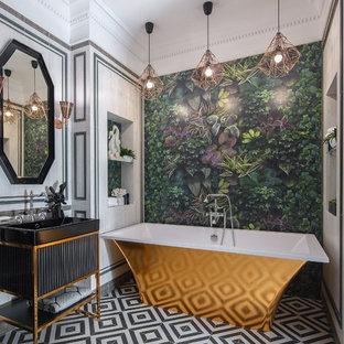 Стильный дизайн: главная ванная комната среднего размера в стиле фьюжн с черными фасадами, отдельно стоящей ванной, белой плиткой, разноцветным полом, фасадами островного типа, белыми стенами и консольной раковиной - последний тренд
