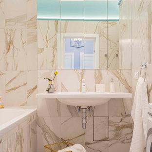 Пример оригинального дизайна: маленькая главная ванная комната в современном стиле с полом из керамогранита, подвесной раковиной, ванной в нише, бежевой плиткой, белыми стенами и разноцветным полом
