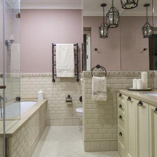 Ispirazione per una stanza da bagno padronale chic con ante con riquadro incassato, ante beige, vasca sottopiano, doccia ad angolo, piastrelle beige, piastrelle diamantate, WC sospeso, lavabo sottopiano, porta doccia a battente, pareti rosa e pavimento beige