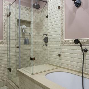 Стильный дизайн: главная ванная комната в классическом стиле с полновстраиваемой ванной, угловым душем, розовыми стенами, бежевой плиткой, плиткой кабанчик, душем с распашными дверями и гигиеническим душем - последний тренд