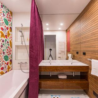 Diseño de cuarto de baño contemporáneo con armarios con paneles lisos, puertas de armario de madera oscura, bañera encastrada, combinación de ducha y bañera, baldosas y/o azulejos blancos, paredes multicolor, lavabo tipo consola, suelo blanco y ducha con cortina