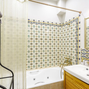 Imagen de cuarto de baño principal, romántico, pequeño, con armarios con puertas mallorquinas, puertas de armario de madera oscura, jacuzzi, combinación de ducha y bañera y paredes blancas