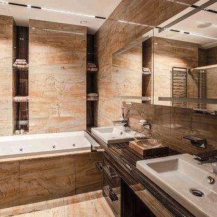 Ejemplo de cuarto de baño principal, actual, de tamaño medio, con lavabo encastrado, puertas de armario naranjas, baldosas y/o azulejos naranja y encimera de mármol