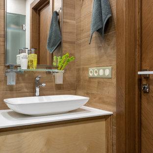 Свежая идея для дизайна: ванная комната в современном стиле с плоскими фасадами, фасадами цвета дерева среднего тона, настольной раковиной, белой столешницей и коричневыми стенами - отличное фото интерьера