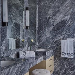 Свежая идея для дизайна: ванная комната в современном стиле с серой плиткой, каменной плиткой и врезной раковиной - отличное фото интерьера