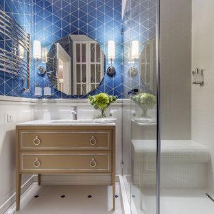 Неиссякаемый источник вдохновения для домашнего уюта: маленькая ванная комната в классическом стиле с фасадами островного типа, белыми фасадами, душем в нише, серой плиткой, синими стенами, душевой кабиной, врезной раковиной, разноцветным полом, открытым душем, серой столешницей, сиденьем для душа, тумбой под одну раковину и напольной тумбой