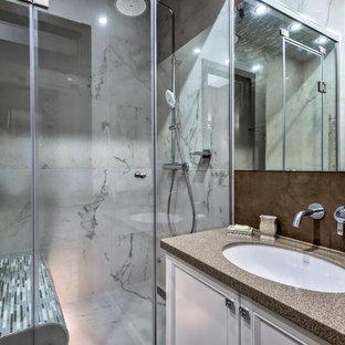 Свежая идея для дизайна: ванная комната в современном стиле с фасадами с утопленной филенкой, белыми фасадами, серой плиткой, душевой кабиной, врезной раковиной и коричневой столешницей - отличное фото интерьера