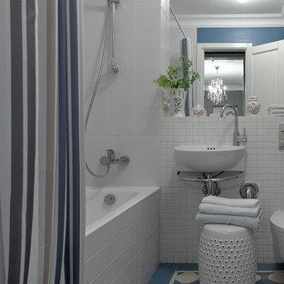 Свежая идея для дизайна: маленькая главная ванная комната в стиле современная классика с ванной в нише, душем над ванной, синей плиткой, белой плиткой, подвесной раковиной, синим полом и шторкой для душа - отличное фото интерьера