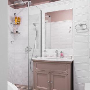 Новые идеи обустройства дома: ванная комната в классическом стиле с угловым душем, инсталляцией, белой плиткой, розовыми стенами, врезной раковиной, фасадами островного типа и душем с раздвижными дверями