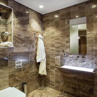 Свежая идея для дизайна: ванная комната в современном стиле с раздельным унитазом, коричневой плиткой, удлиненной плиткой и подвесной раковиной - отличное фото интерьера