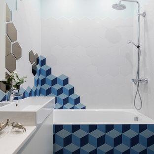 Свежая идея для дизайна: маленькая главная ванная комната в современном стиле с плоскими фасадами, белыми фасадами, синей плиткой, белой плиткой, керамогранитной плиткой, белыми стенами, полом из керамической плитки, столешницей из искусственного камня, синим полом, ванной в нише, душем над ванной и настольной раковиной - отличное фото интерьера