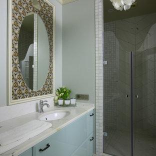 Создайте стильный интерьер: ванная комната среднего размера в стиле современная классика с плоскими фасадами, душем в нише, серыми стенами, душевой кабиной, врезной раковиной, серым полом, душем с распашными дверями и полом из керамической плитки - последний тренд