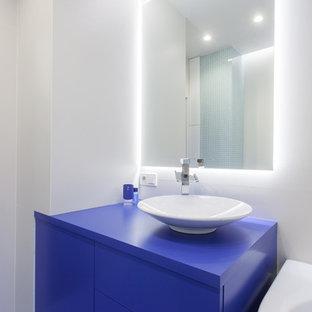 Immagine di una stanza da bagno design con ante lisce, ante blu e pareti bianche