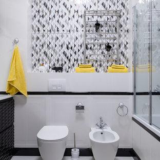 Удачное сочетание для дизайна помещения: главная ванная комната в современном стиле с ванной в нише, биде и белым полом - самое интересное для вас
