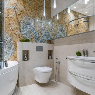 Ispirazione per una stanza da bagno padronale contemporanea di medie dimensioni con ante lisce, ante bianche, vasca ad angolo, vasca/doccia, WC sospeso, piastrelle blu, piastrelle gialle, piastrelle di marmo, pavimento in marmo, top in marmo, pavimento beige, porta doccia scorrevole e lavabo integrato