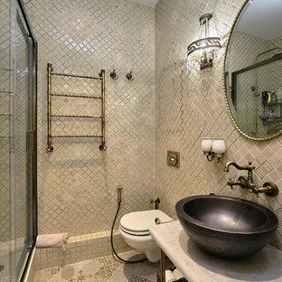 Свежая идея для дизайна: маленькая ванная комната в классическом стиле с душем в нише, инсталляцией, бежевой плиткой, плиткой из травертина, полом из керамогранита, душевой кабиной, настольной раковиной, мраморной столешницей, бежевым полом и душем с раздвижными дверями - отличное фото интерьера