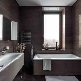 Стильный дизайн: главная ванная комната среднего размера в современном стиле с серой плиткой, мраморной плиткой, мраморным полом, серым полом, плоскими фасадами и раковиной с несколькими смесителями - последний тренд