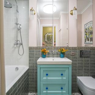 На фото: главные ванные комнаты в стиле фьюжн с фасадами с утопленной филенкой, синими фасадами, накладной ванной, душем над ванной, инсталляцией, серой плиткой, розовыми стенами, шторкой для душа и монолитной раковиной