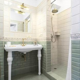Свежая идея для дизайна: ванная комната в классическом стиле с душем в нише, бежевой плиткой, зеленой плиткой, плиткой кабанчик, душевой кабиной, консольной раковиной и шторкой для душа - отличное фото интерьера