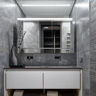 Неиссякаемый источник вдохновения для домашнего уюта: большая ванная комната в современном стиле с плоскими фасадами, белыми фасадами, серой плиткой и врезной раковиной