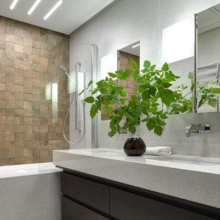 Идея дизайна: большая главная ванная комната в современном стиле с плоскими фасадами, темными деревянными фасадами, ванной в нише, душем над ванной, врезной раковиной, серым полом и белой столешницей