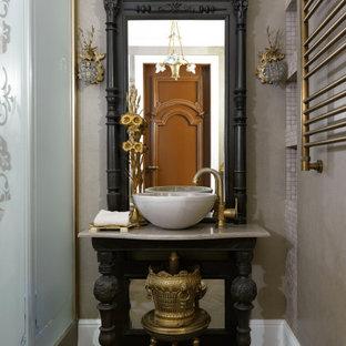 Пример оригинального дизайна: ванная комната в классическом стиле с черными фасадами, настольной раковиной, коричневым полом, бежевой столешницей и открытыми фасадами