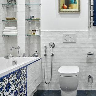 Стильный дизайн: маленькая ванная комната в стиле фьюжн с синей плиткой, белой плиткой, разноцветной плиткой, белыми стенами, душем над ванной, керамической плиткой, полом из керамической плитки, накладной ванной и инсталляцией - последний тренд