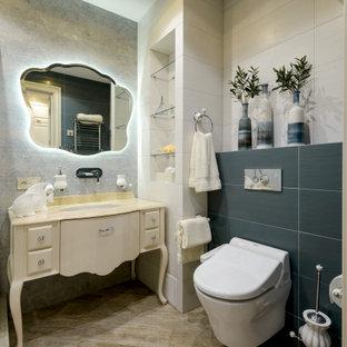 Стильный дизайн: маленькая ванная комната в классическом стиле с фасадами островного типа, бежевыми фасадами, синей плиткой, белой плиткой, серыми стенами, душевой кабиной, врезной раковиной, серым полом, бежевой столешницей, тумбой под одну раковину и напольной тумбой - последний тренд