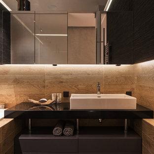На фото: ванная комната в современном стиле с накладной раковиной с
