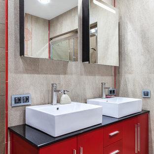 Idee per una stanza da bagno padronale design di medie dimensioni con ante rosse, piastrelle grigie, piastrelle in gres porcellanato, pareti grigie, pavimento in gres porcellanato, lavabo a bacinella, top in quarzo composito e ante lisce