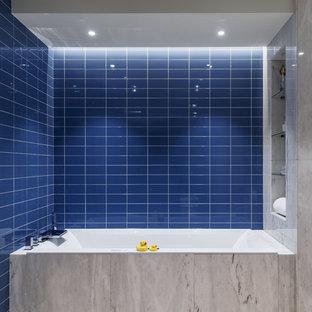 Выдающиеся фото от архитекторов и дизайнеров интерьера: большая детская ванная комната в современном стиле с синей плиткой, керамической плиткой, полом из травертина, бежевым полом и ванной в нише